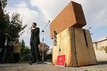 Poklepání na základní kámen nového komunitního centra, jež vznikne přestavbou nevyužívaného a chátrajícího objektu takzvaných spodních kasáren v Kolíně.