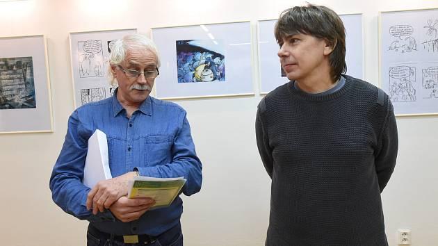 Autor kreslených vtipů Jiří Koštýř zvesela uvedl svoji výstavu v knihovně.