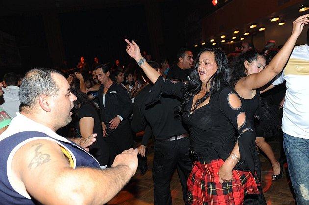 Stovky Romů nejen z Kolína, ale i z širšího okolí, se bavily v sobotu v sále kolínského Městského společenského domu.