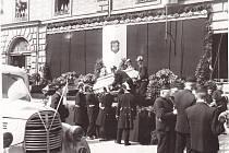 Nakládání rakví s oběťmi kolínského masakru