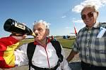 Alois Hnilička na kolínském letišti dnes oslavil seskokem své blížící se devadesáté narozeniny.