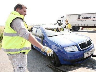 Náraz plně naloženého kamionu do fabie byl tak silný, že osobní vůz značně poškodil.  Přestože rána přišla zezadu, tlakovou vlnu nevydržela střecha ani čelní sklo vozu.