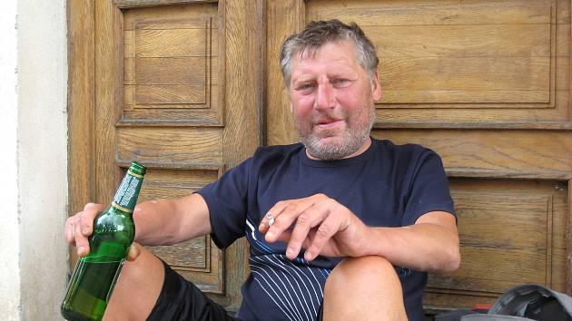 Roman Valenta žije jako bezdomovec. Na jídlo a alkohol si vydělává žebráním, zná vybírání kontejnerů i spaní pod stromem