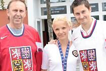 Tomáš Mojžíš (vpravo) se svou snoubenkou a tatínkem před kolínským zimním stadionem.