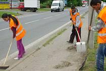 Skupinka Romů pracující na úklidu města