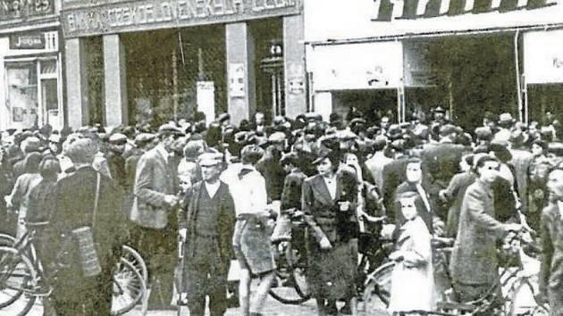 Poslouchání rozhlasu o Mnichovské zradě před kolínskou prodejnou Bati 29. září 1938.