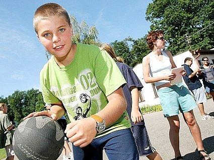 Mladí basketbalisté z Kolína na letním táboře v Běstvině.