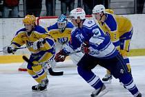 Gól Petra Morkese (v modrém) poslal Kozly do čtyřbrankového vedení. To ale nakonec Kozlům nestačilo. Nymburk se senzačně vrátil do zápasu a vyhrál po nájezdech.