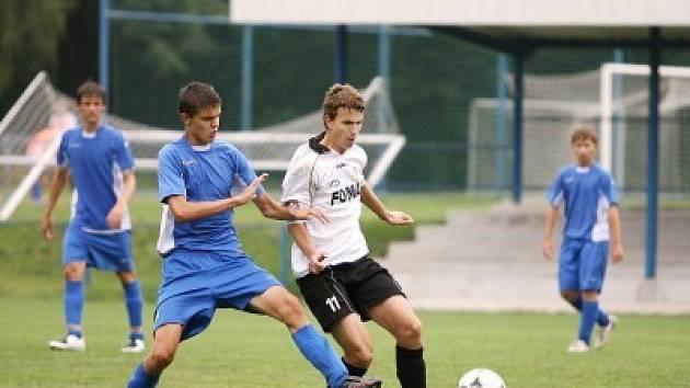 Kolínský obránce Radek Biško (v souboji vlevo) měl zásluhu na prvním gólů Kolína. Po jeho pasu skóroval Milan Vácha.
