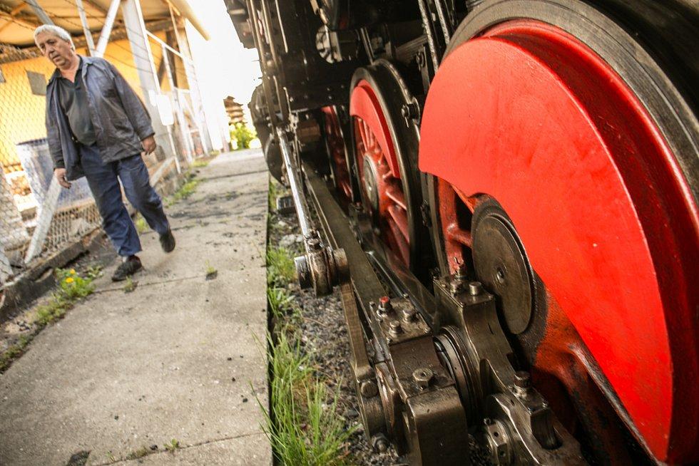 Dveře z jedné strany jsou zamčené, je potřeba, aby se mohli do lokomotivy dostat z obou stran. O chvilku později do ní budou nakládat dřevo na roztopení kotle.