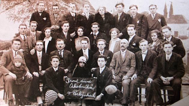 Ochotnický spolek čítal v 40. až 60. letech 20. století celkem dvacet osm členů, kteří se podíleli na bohatém kulturním životě v Cerhenicích.