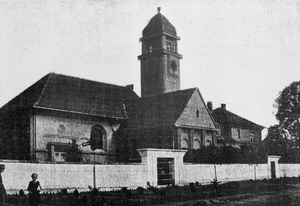 Kostel Českobratrské církve evangelické na Husově náměstí v Pečkách z roku 1916.