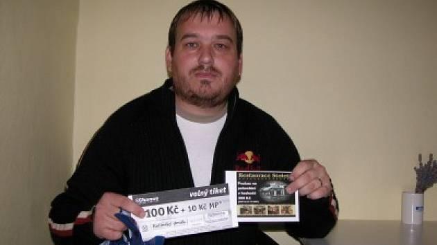 Josef Lomič si přišel do naší redakce vyzvednout dárkový sázkový certifikát Chance v hodnotě 100 korun a poukaz na pohoštění do restaurace Stoletá v hodnotě 300 korun.