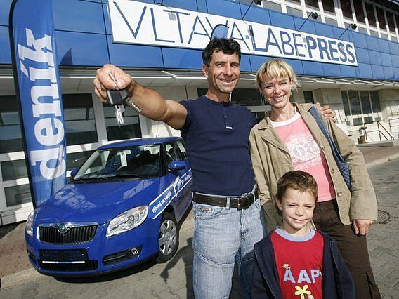 Nový vůz uchvátil celou rodinu. Obrovskou radost měl z modré Škody Fabia nejen výherce Jaromír Procházka, ale také partnerka Kateřina. Nečekaný přírůstek do rodiny ocenil i syn Honzík.