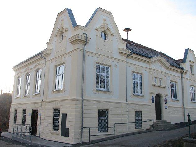 Opravená budova radnice ve Škvorci