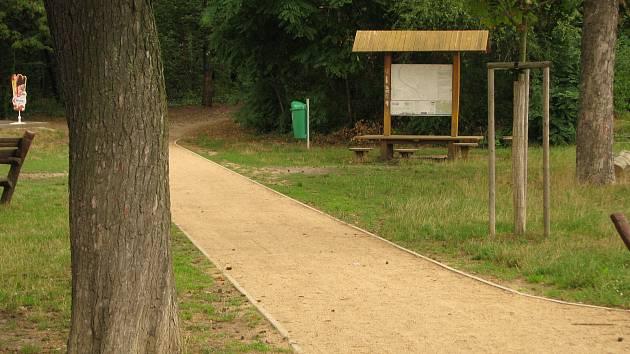 Naučná stezka v lesoparku Borky v Kolíně.