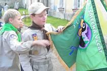 Kolínští skauti pokřtili vlajky.