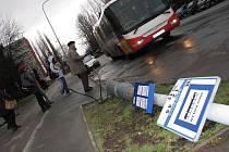 V Benešově ulici se ale poryv větru opřel do lampy veřejného osvětlení a vyvrátil ji.