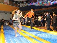 Na netradičním absolventském plese se skákalo, lízalo i hrál fotbal