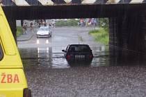 Řidič felicie zřejmě neodhadl hloubku vody pod viaduktem u Starých lázní v Kolíně a se  svým vozidlem uvízl.