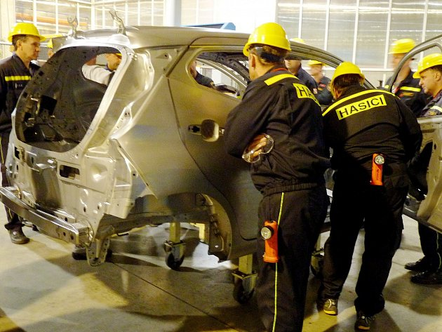 Z exkurze hasičských důstojníků v automobilce