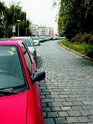 Jedno z častých a hojně vytížených parkovacích míst v jednosměrce ke Starým lázním