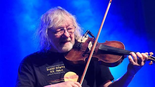 Z koncertu houslisty Jana Hrubého a jeho kapely Kukulín v Městském společenském domě v Kolíně.