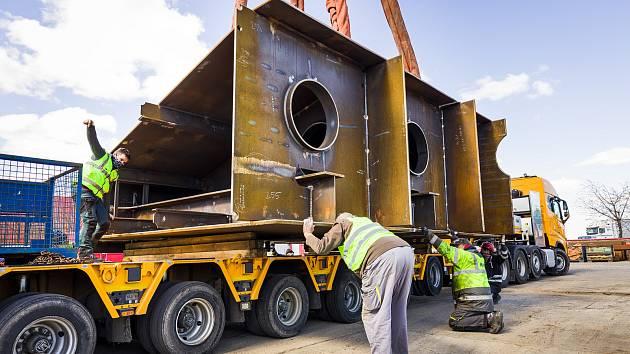 Příprava transportu obřích vrat pro Vodní dílo Gabčíkovo.