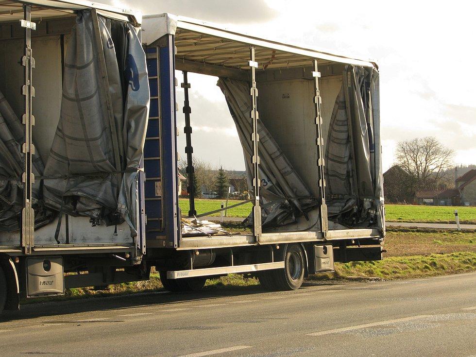 Odpolední vlna větru na Kolínsku - nehoda kamionu, křižovatka u Bečvár