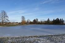 Zamrzlý rybník Benešák v Pečkách.