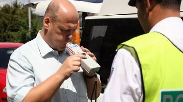 Velkým nešvarem řidičů je požívání alkoholu před jízdou. Přitom opilí řidiči jsou viníky těch nejvážnějších nehod a sami většinou vyváznou bez zdravotní újmy. Šofér posilněný alkoholem obdrží sedm trestných bodů a nově může jít také až na rok do vězení.