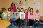 Prvňáci Základní školy Bylany s třídní učitelkou Dagmar Kosinovou