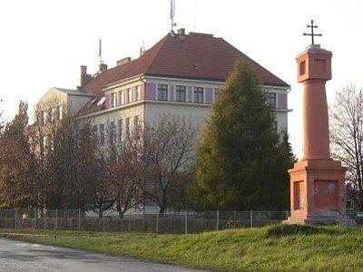 Základní škola v Červených Pečkách.