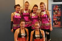 Markéta Koděrová (vlevo dole) s tanečnicemi z DC GLOW