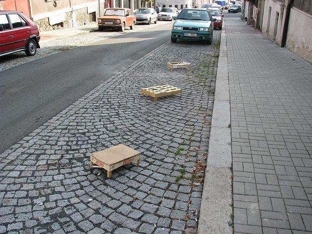 Svérázně zarezervovaná parkovací místa