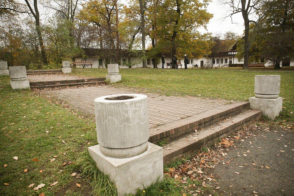 Vstup do lesoparku Borky v Kolíně.