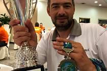 Aleš Flanderka  z Kolína se stříbrnou medailí z mistrovství světa v lovu ryb udicí v plavané v Itálii.