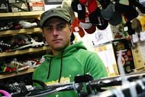 Filip Kasal (25 let) vystudoval Střední odbornou školu stavební v Kolíně, po níž studoval na Akademii tělesné výchovy a sportu-PALESTRA. Před dvěma lety si otevřel obchod se zbožím pro volný čas. Je svobodný. Záliby: bikecross,fourcross,lyže,tenis,hokej.