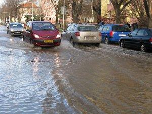 Praskající vodovodní řad působí v ulicích Na Magistrále a Benešova problémy už velmi dlouho