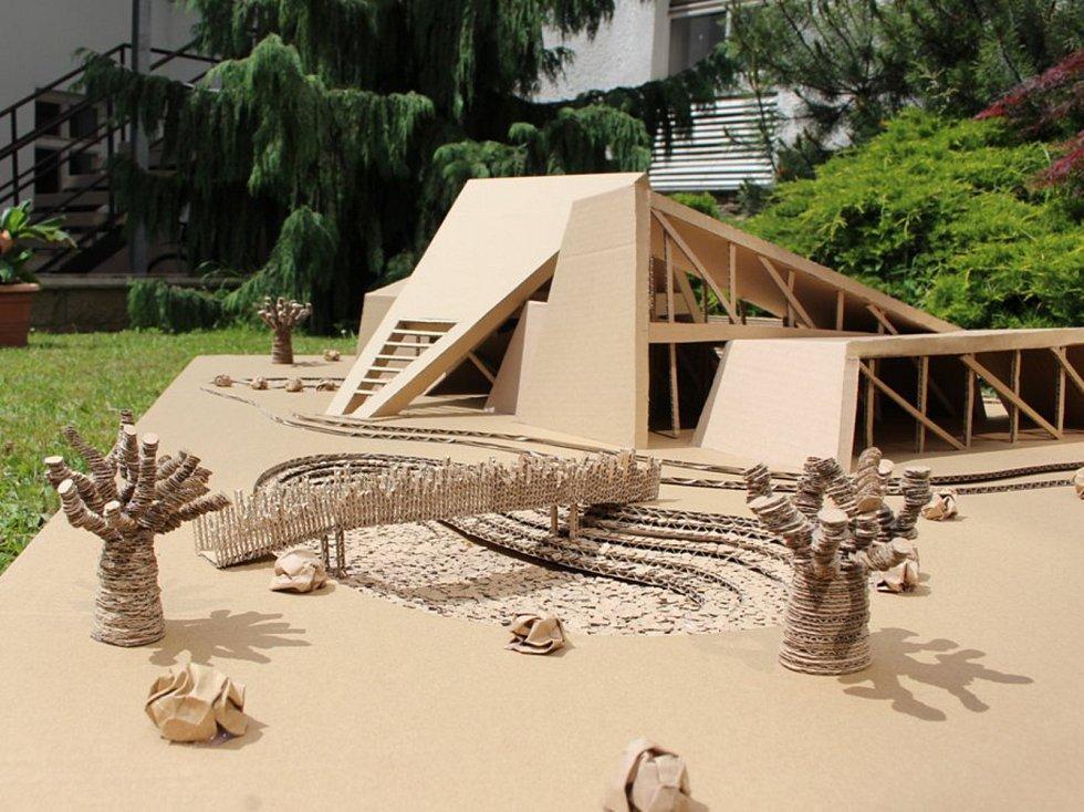 Studenti stavěli z vlnité lepenky.