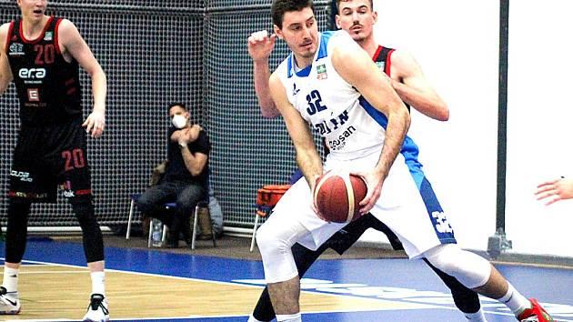 Jakub Petráš (s míčem).