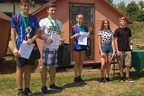 V kategorii SM60 dorost skončil Lukáš Novotný (vlevo) druhý, Tereza Novotná (třetí zleva) třetí.