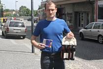 Pracovně zaneprázdněného Františka Řípu zastoupil Tomáš Vávra a ten svému kamarádovi a zároveň spoluhráči přivezl karton piv značky Rohozec, sázenku do sázkové kanceláře Chance a také hrníček fotbalového klubu FC Barcelona.