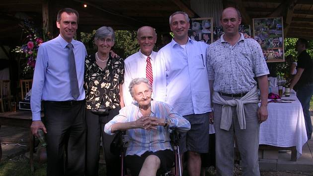 Vlasta Holečková (sedící) s rodinou letos v květnu. Zleva jsou vnuk Jiří, dcera Jitka, zeť Josef Bubeník a vnukové Jan a Martin.