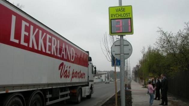 Radar bude v Plaňanech projíždějícím řidičům ukazovat rychlost do konce června, kdy skončí doba, na kterou jej obci zapůjčila soukromá firma Tarmac.