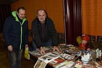 Ze setkání sběratelů známek, mincí a pohledů vsalóncích Městského společenského domu v Kolíně.