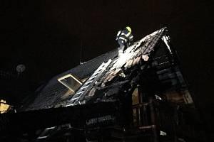 Noční požár dřevěného srubu v Tehově.