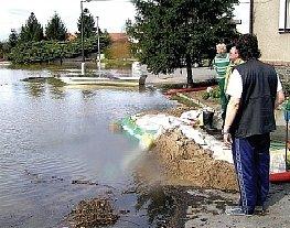 Při poslední povodni se voda zastavila těsně před některými domy.