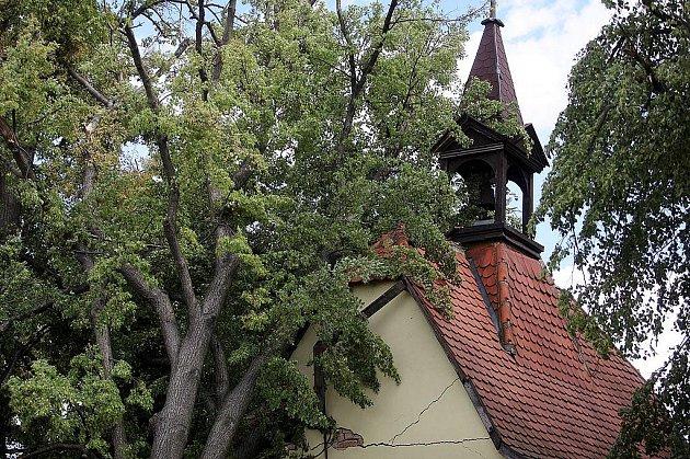 Kapličku v Hradišťku I zavalil strom