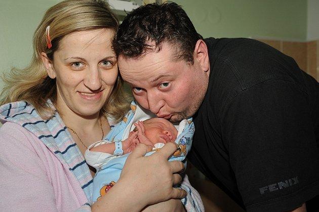 Polibek na čelo prvorozenému synovi Antoniovi Strnadovi, který se narodil 23. února s váhou 3 200 gramů a výškou 50 centimetrů, vtiskl jeho otec Antonín. Společně s maminkou Ljudmilou si jej odvezli domů do Kutné Hory.